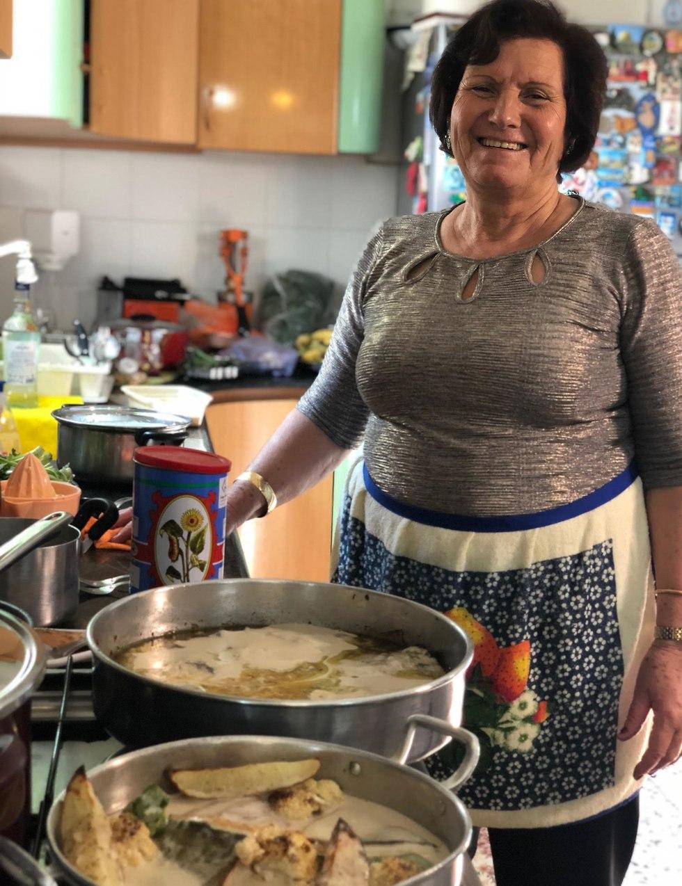 עלאא מוסא מבשל אוכל ערבי עם אימא לביבה (צילום: תיקי גולן)