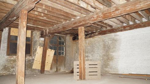 כך נראתה אחת הקומות מבפנים, לפני השיפוץ (צילום: באדיבות בארט ורהיין)