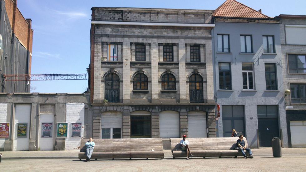 כך נראתה חזיתו של בניין לשימור באחד הרחובות הישנים של אנטוורפן - שומם ומוזנח (צילום: באדיבות בארט ורהיין)