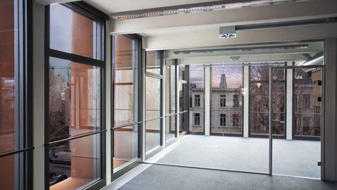 המראה מתוך קומת הגג החדשה, שקירותיה עשויים זכוכית ופלדת קורטן (צילום: באדיבות בארט ורהיין)
