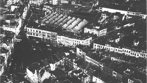 תצלום אווירי ישן של המוסך בתוך המרקם העירוני (צילום: באדיבות בארט ורהיין)