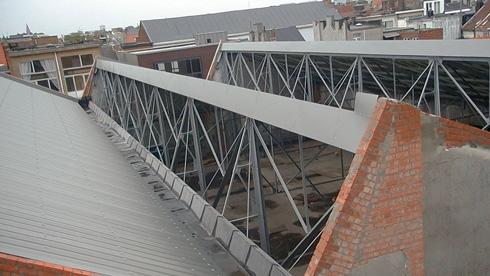 גג המוסך הנטוש, לפני השיפוץ (צילום: באדיבות בארט ורהיין)