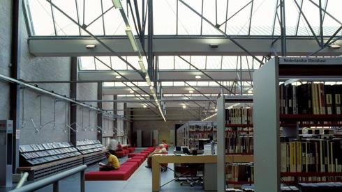 ואחרי. אור מציף מלמעלה את אולמות הספרייה (צילום: באדיבות בארט ורהיין)