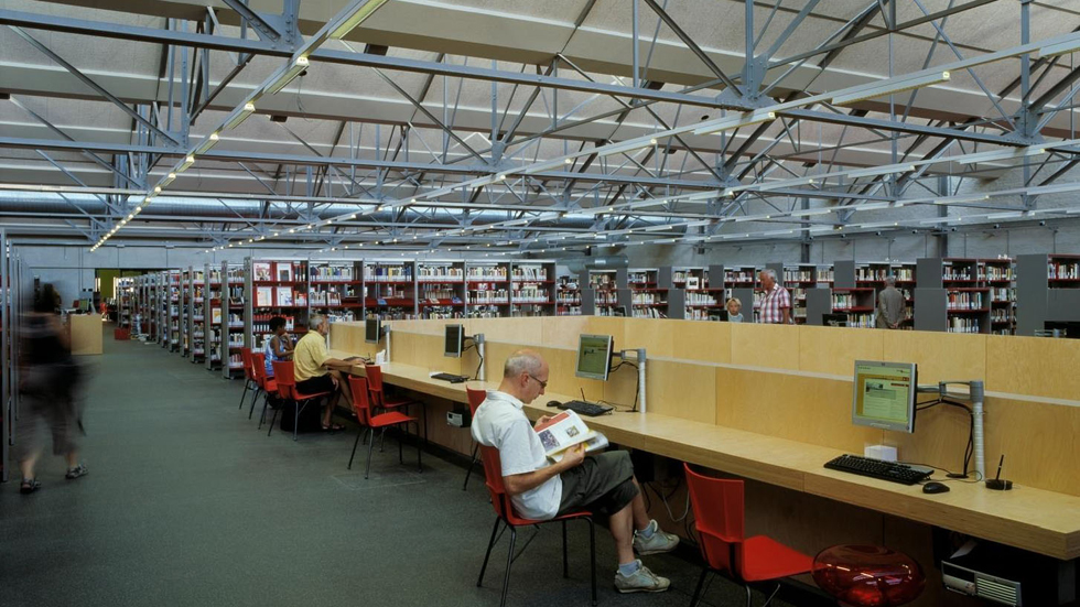באנטוורפן בחרו לשמור על המסגרת, ולבנות במרכז קובייה גדולה, המשמשת כאולם הרצאות בתוך הספרייה (צילום: באדיבות בארט ורהיין)