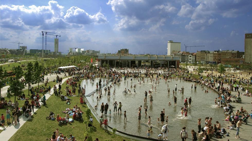 הפארק העירוני החדש והמצליח בשולי העיר אנטוורפן שבבלגיה נבנה סביב האנגר רכבות נטוש, שהעירייה קנתה לטובת תושבי האזור (צילום: באדיבות בארט ורהיין)