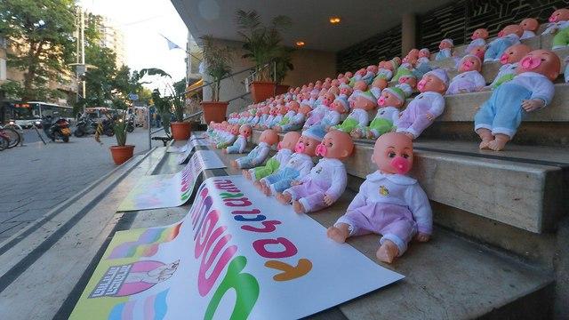 עשרות בובות של תינוקות הונחו על מדרגות בית ז'בוטינסקי בתל אביב במחאה על התנגדות הממשלה להענקת שוויון ללהט