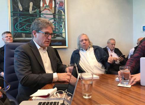 מתכנני המגדל הרביעי: משה צור (במרכז) וג'יימס ון קלמפרר (משמאל), נציגו של משרד האדריכלים הבינלאומי KPF (צילום: הילה שמר)