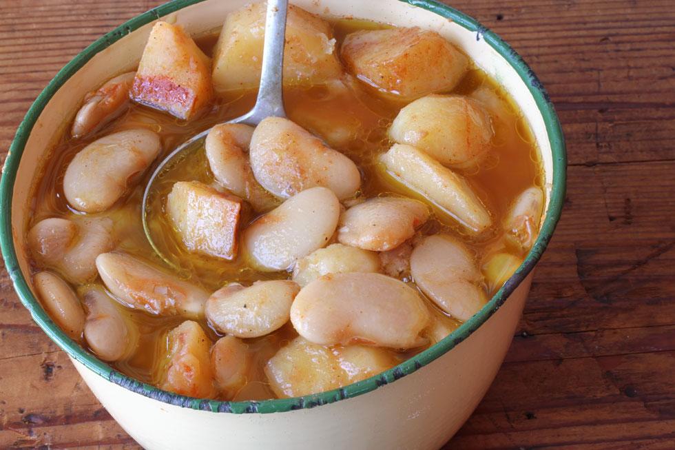 מרק שעועית לבנה עם תפוחי אדמה (צילום, סגנון והכנה: אסנת לסטר)