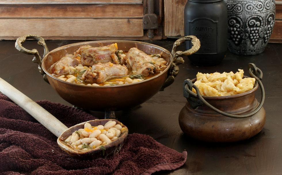 מרק שעועית לבנה עם גרונות הודו ובצקיות (צילום, סגנון והכנה: אסנת לסטר)