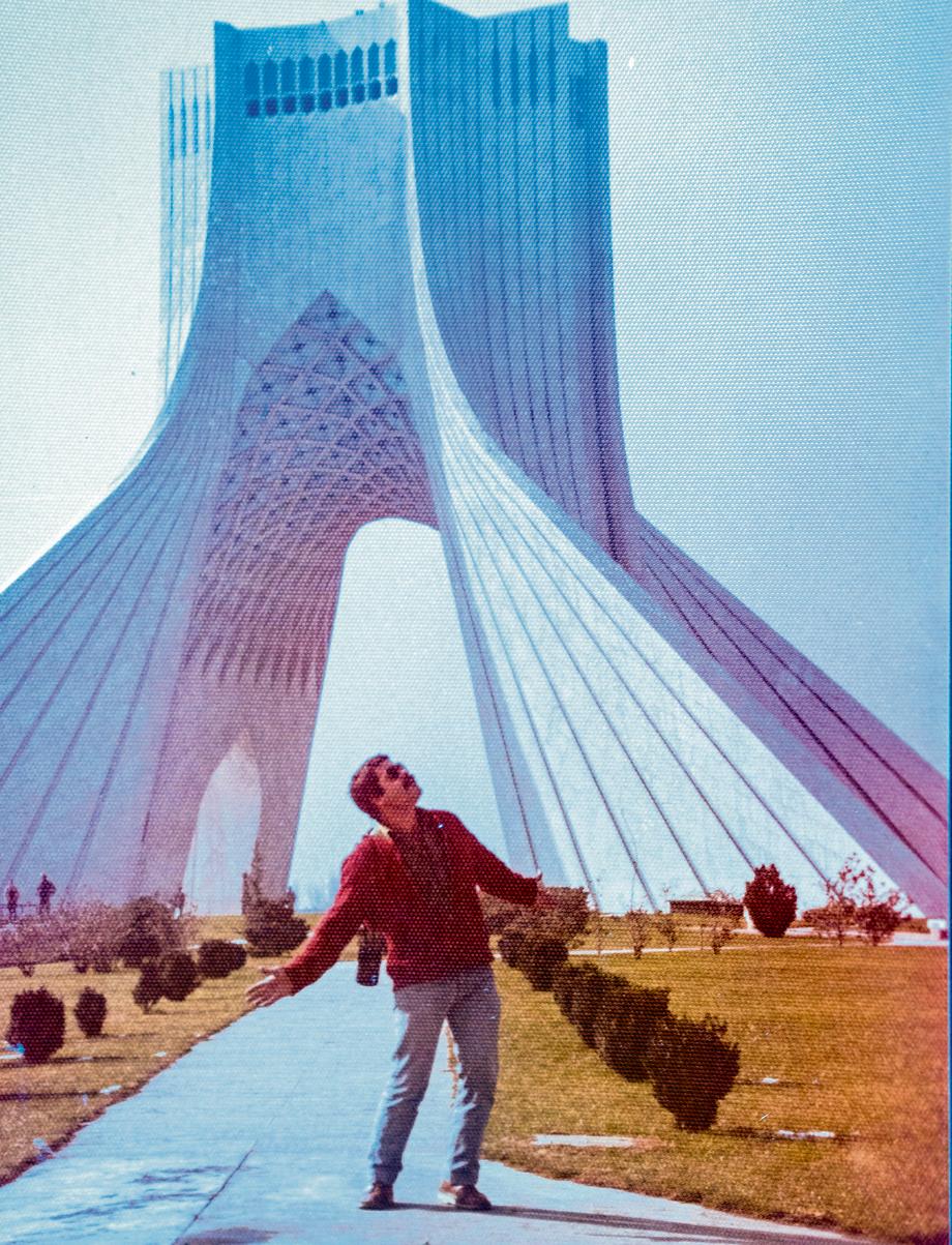 בימי השאה. דוד נחשול, מאבטח ישראלי באיראן, ליד האנדרטה שבלב טהרן
