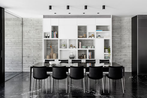 ארון-ספרייה לבן כרקע לפינת האוכל (צילום: איתי בנית)