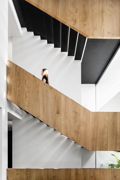 מעקה העץ של גרם המדרגות מכניס חמימות   (צילום: איתי בנית)