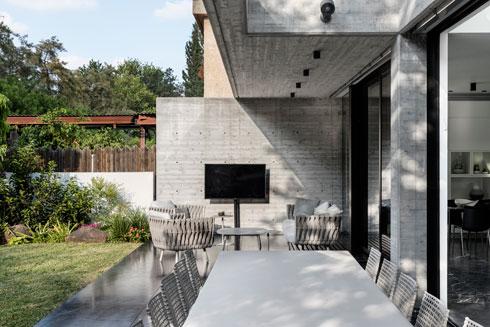 פינת אכילה ופינת אירוח במרפסת הגינה (צילום: איתי בנית)