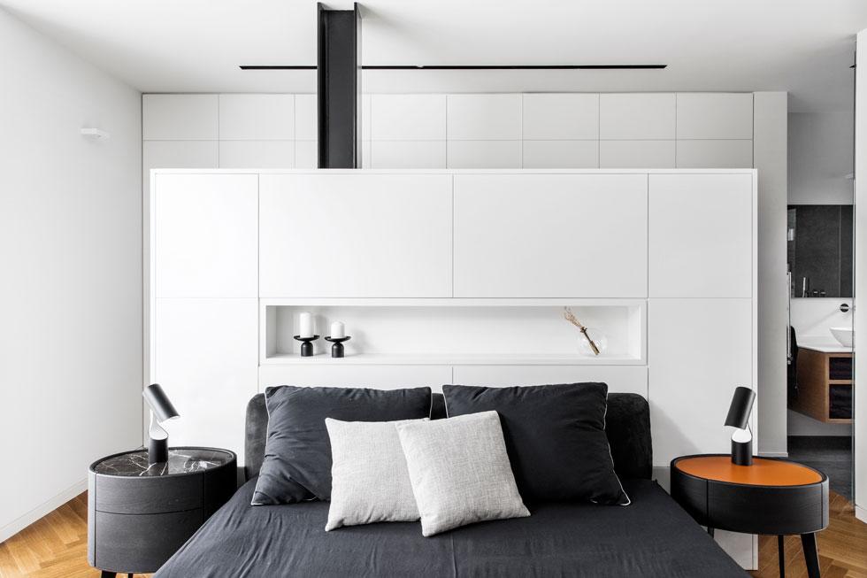 בגב המיטה יחידת נגרות המשמשת כמשענת ומאחוריה תוכנן  חדר ארונות פתוח  (צילום: איתי בנית)