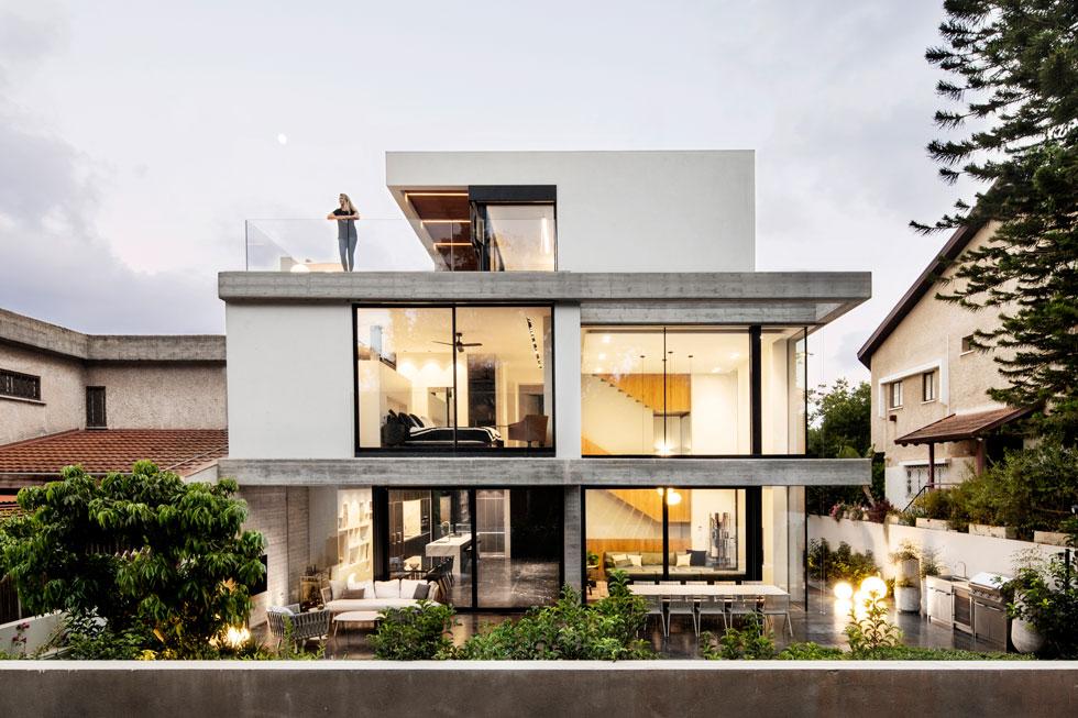 """שטחו של הבית כ-400 מטרים רבועים. קורות הבטון המקוריות בבית ההורים הצמוד (משמאל) היוו השראה לחיבור החזותי בין שני חלקי הדו-משפחתי. """"היה לנו חשוב"""", אומרים האדריכלים, """"להתחבר לחלוקה האופקית של הקומות, ושלא יווצר ניגוד גדול מדי בין שני הבתים""""  (צילום: איתי בנית)"""