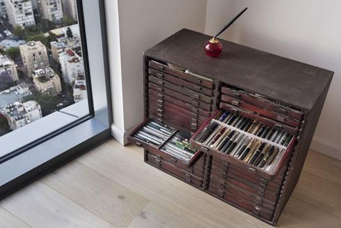 ארון האוסף של העטים העתיקים (צילום: אסף פינצוק)