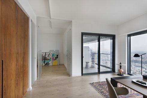 המשרד הביתי מוקף בנוף. מכאן נכנסים לעוד שני חדרים (צילום: אסף פינצוק)