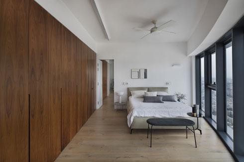 כשהדלת בין שתי הדירות פתוחה, אפשר לראות את קיר הארונות ממשיך דרכה הלאה (צילום: אסף פינצוק)