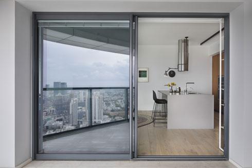 מבט מהמרפסת למטבח (צילום: אסף פינצוק)