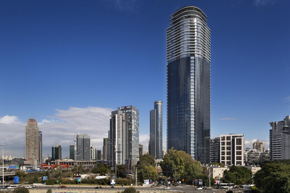 """מגדל השחר מתנשא לגובה 195 מטרים, ב-52 קומות. רובן משרדים, ומעליהם 12 קומות מגורים עם 149 דירות, שמרביתן נרכשו כהשקעה. """"זו בועה"""", מודה בעלת הבית. """"אנחנו לא מכירים את השכנים, מגיעים לחניון, עולים במעלית ואנחנו בדירה. אין שום אפשרות לקשר עם השכנים, וזה רע מאוד""""   (צילום: אסף פינצוק)"""