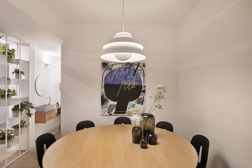 פינת האוכל ממוקמת בחדר שמחבר בין האזור הציבורי לפרטי. זהו חדר ריבועי אינטימי וסגור לנוף, שבמרכזו שולחן עגול לארוחות משפחתיות    (צילום: אסף פינצוק)