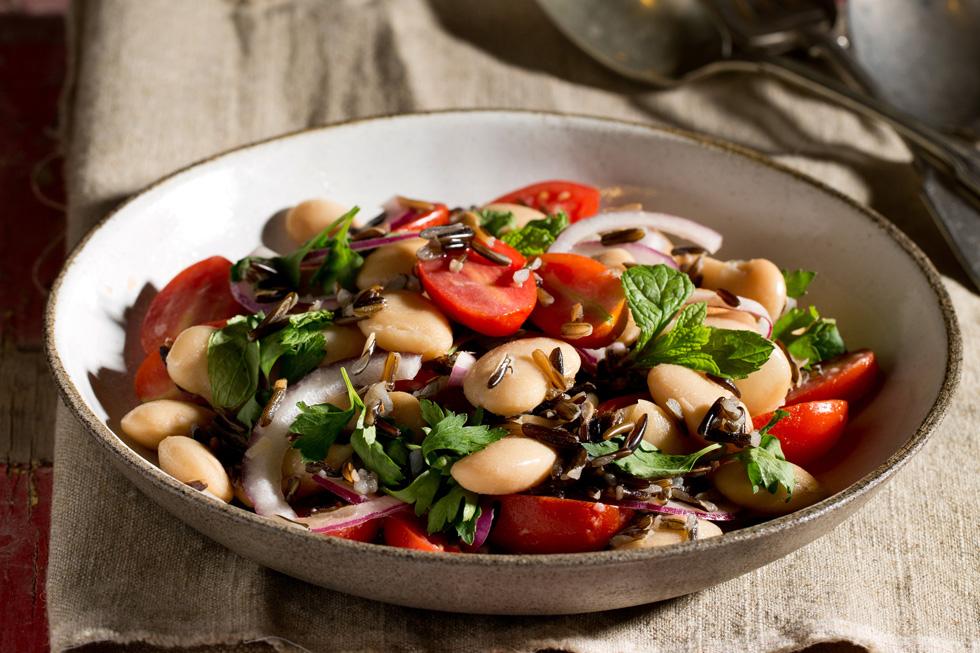 סלט שעועית לימה עם אורז בר ועגבניות שרי (צילום: בועז לביא, סגנון: נעה קנריק)