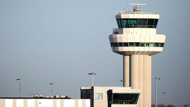 עיקובי טיסות ב נמל תעופה גטוויק לונדון אנגליה בגלל רחפנים בקרבת השדה (צילום: gettyimages)
