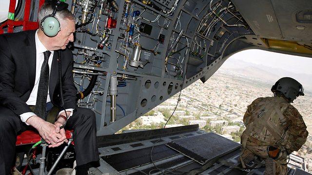 מזכיר ההגנה מאטיס בביקור באפגניסטן בשנת 2017 (צילום: רויטרס)