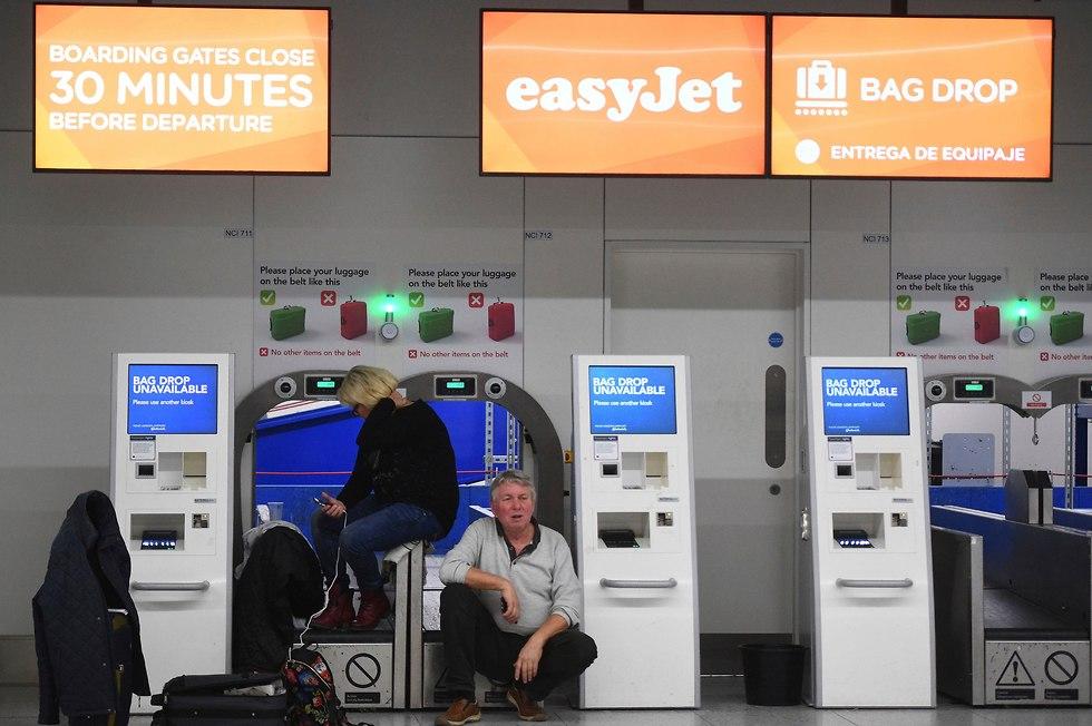 נוסעים בשדה התעופה המושבת גטוויק (צילום: AP)