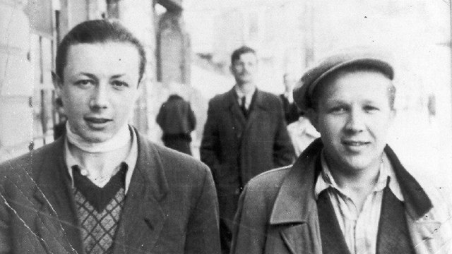 Simcha Rotem (L) in Warsaw, 1943  (Photo: Ghetto Fighters' House Museum)