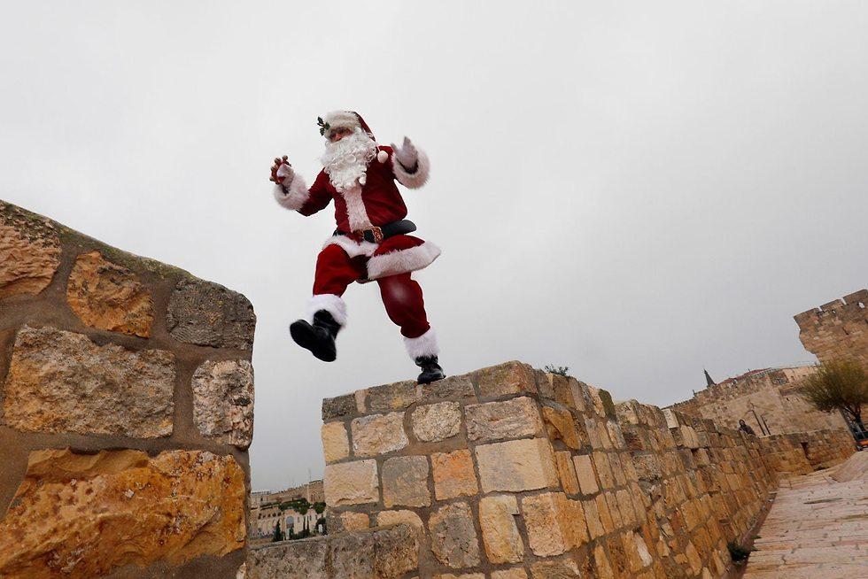 Санта на стенах Старого города в Иерусалиме. Фото6 AFP
