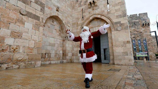 Санта-Клаус у стен Старого города Иерусалима. Фото: AFP