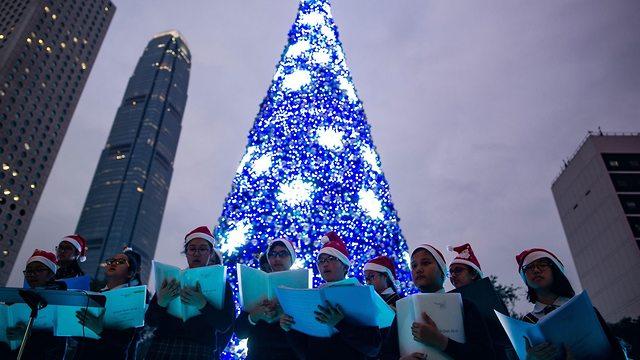 קישוטים לקראת חג המולד בהונג קונג, יפן (צילום: AFP)