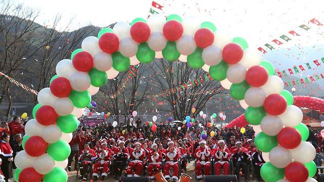 קישוטים לקראת חג המולד בבונגווה, דרום קוריאה (צילום: AP)
