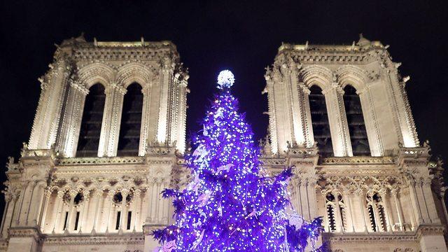 קישוטים לקראת חג המולד בכנסיית נוטרה דאם בפריז (צילום: רויטרס)