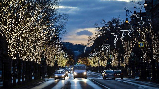 קישוטים לקראת חג המולד בבודפשט הונגריה (צילום: EPA)
