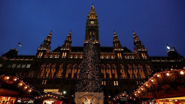 קישוטים לקראת חג המולד בשער ברנדנבורג בברלין (צילום: AFP)