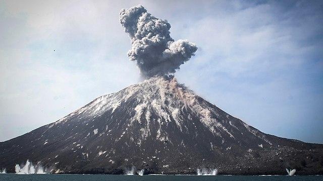 הר הגעש קרקטאו באינדונזיה (צילום: EPA)