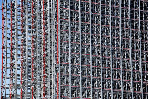 קונסטרוקציית העמודים תכוסה בקרוב בלוחות פח  (צילום: דור נבו)
