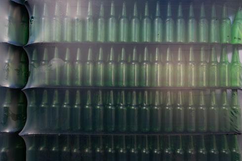 החבילות הארוזות של בקבוקי המשקה  (צילום: דור נבו)