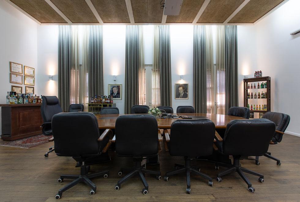 חדר הישיבות פועל בסלון הווילה, ועדיין ניתן לחוש בו את האווירה הישנה של פעם ואת החמימות הביתית. בהקמת האגף החדש הושקעו 42 מיליוני שקלים (צילום: דור נבו)