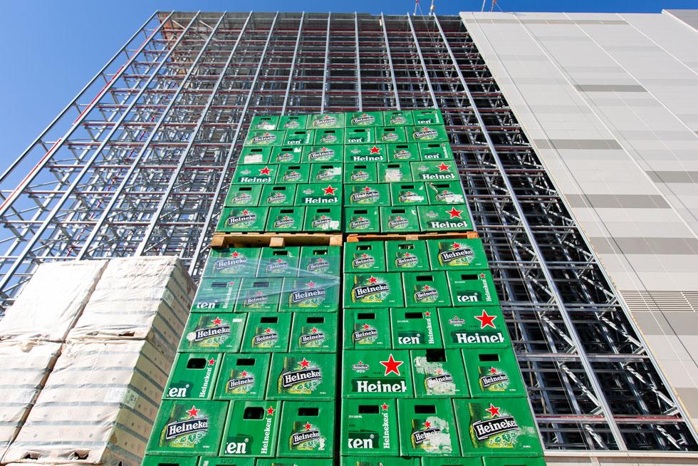 עמודי הפלדה, שיוצרו בגרמניה, משמשים כשלד המבנה וגם כמערכת המדפים הנושאים את ארגזי המשקאות (צילום: דור נבו)