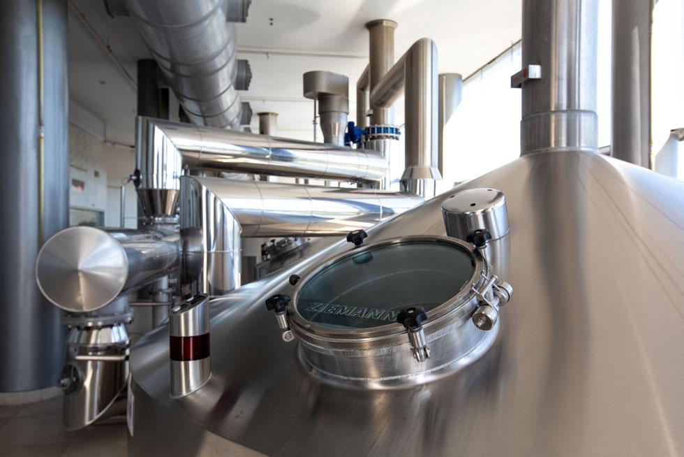 מבשלת הבירה החדשה מפנה מסך זכוכית אל הרחוב הראשי של אזור התעשייה. כך אפשר לצפות בתהליך הייצור  (צילום: דור נבו)