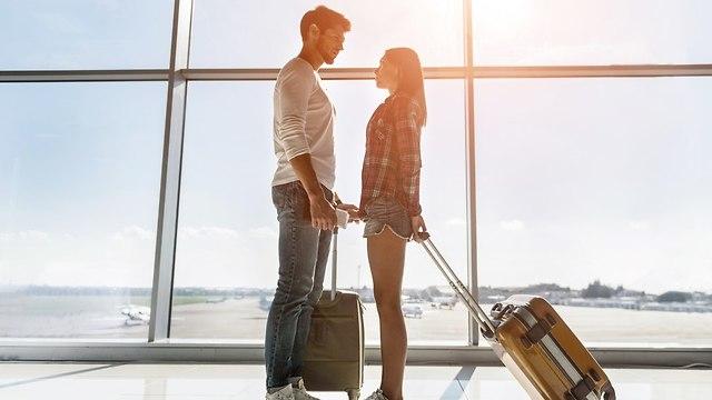 זוג רומנטי בשדה התעופה (צילום: Shutterstock)