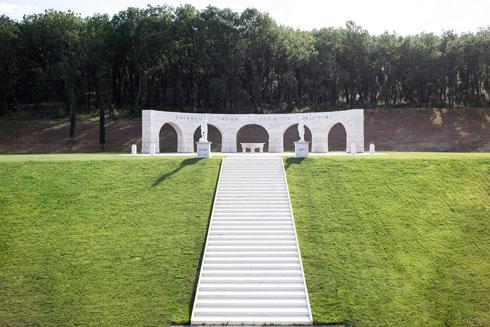 מונומנט ל''הגינות האנושית'', בתכנונם של השניים. כאן התחתנה הבת קרולינה, בשמלה תוצרת בית, כמובן