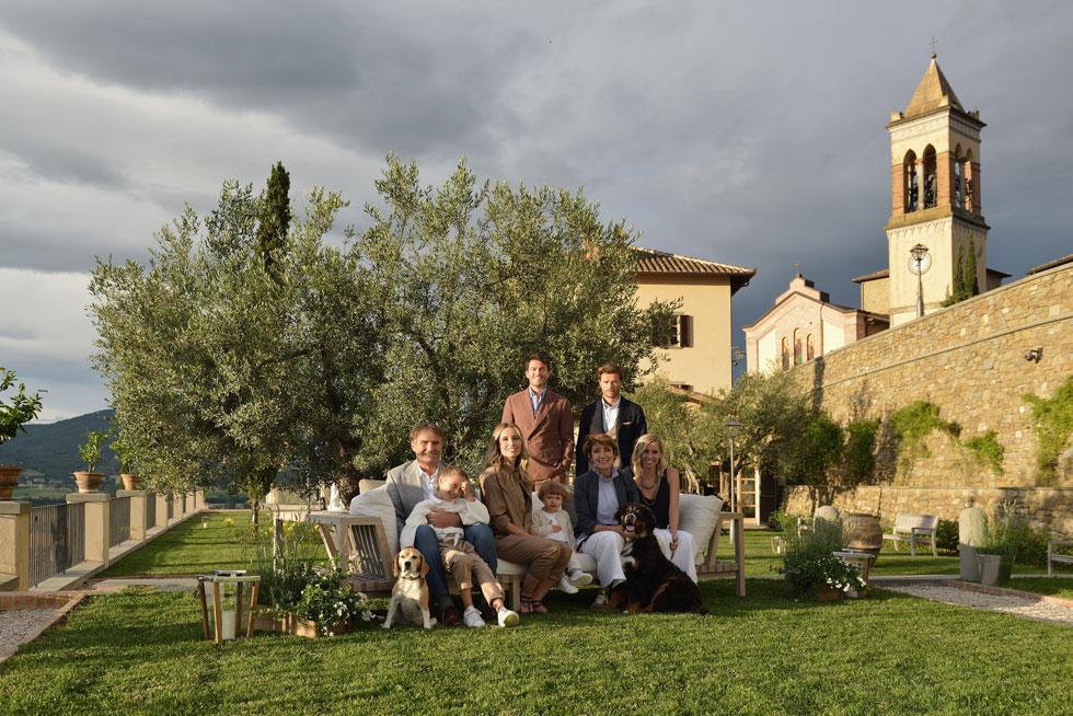 המשפחה בכפר, על רקע ביתה של קרולינה