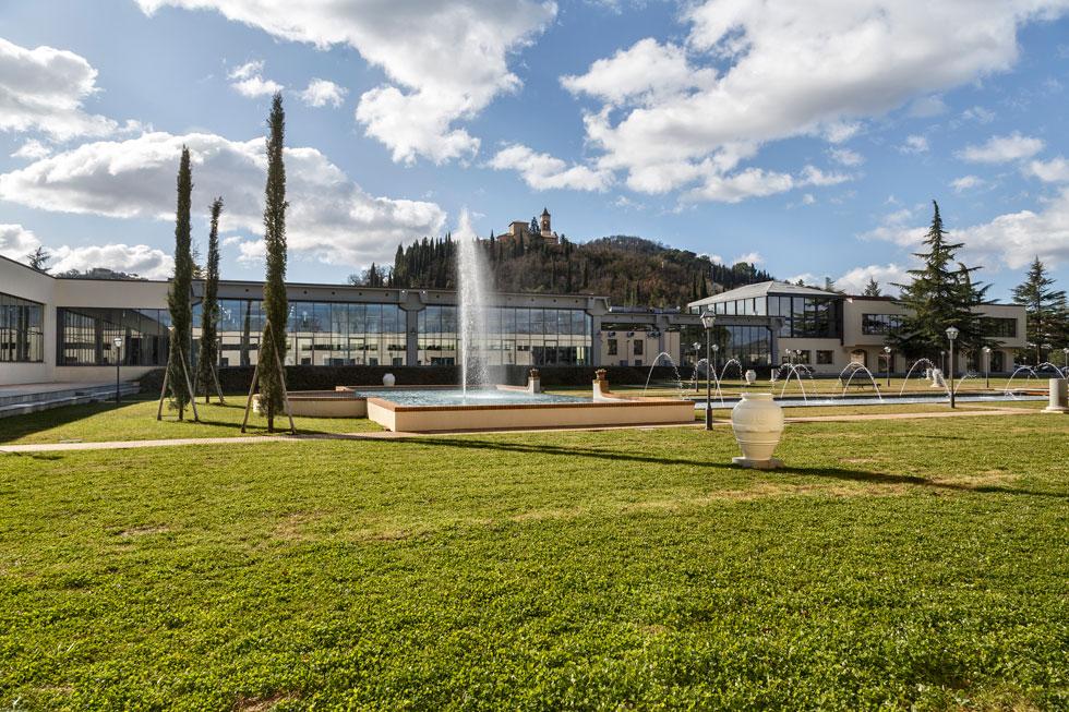בעמק שלמרגלות הכפר הוקם המפעל המודרני, שבו עובדים 1,200 מתושבי האזור