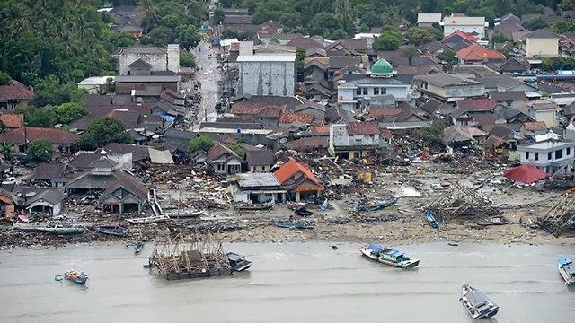 נזקי הצונאמי באינדונזיה (צילום: רויטרס)