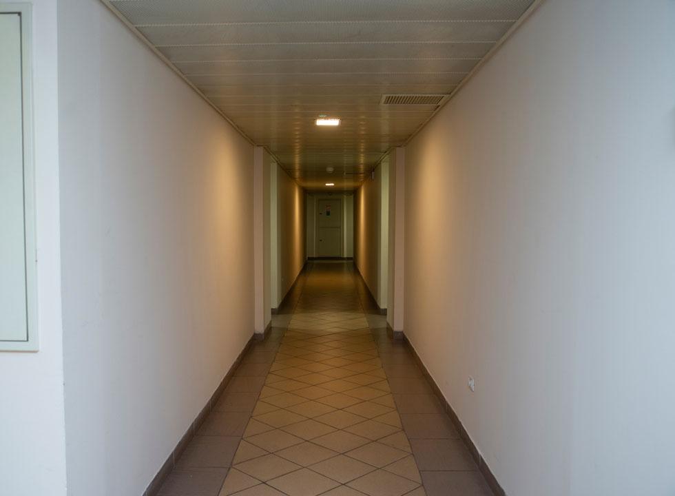 גם מראה המסדרון באחת מקומת המגורים מזכיר מלון. את הפוטנציאל בבנייני משרדים ישנים הבין גם קבינט הדיור, שהעביר ביולי 2016 החלטה שמאפשרת הסבת משרדים לדירות בשכירות ארוכת טווח (צילום: אביגיל עוזי)