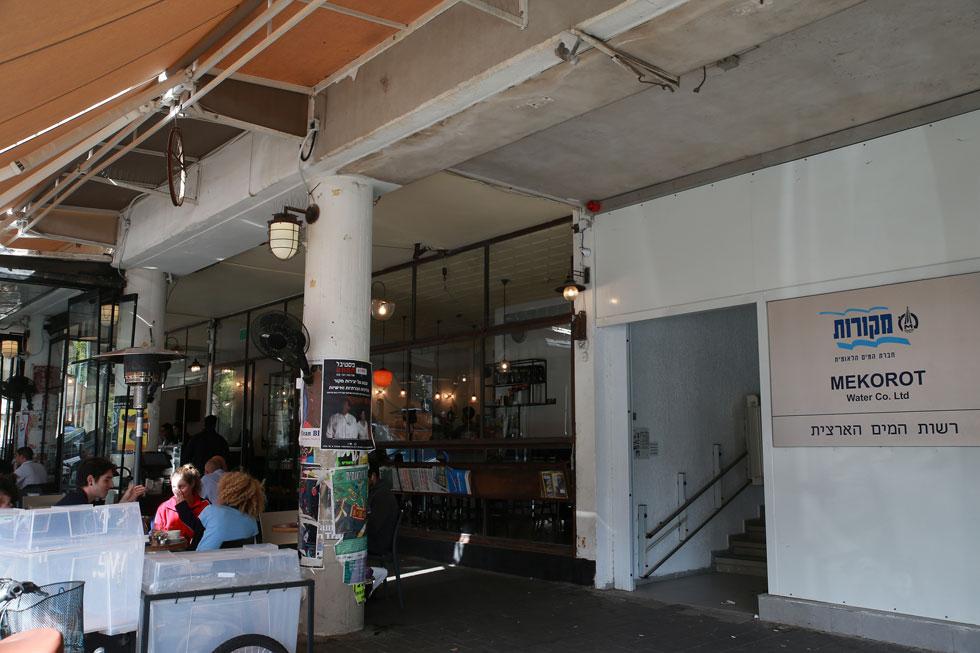 בבניין עדיין פועלים משרדים רבים. אך הדיירים בחלק שהוסב למגורים יכולים ליהנות מבתי הקפה, המסעדות והחנויות שעל רחובות קרליבך ולינקולן   (צילום: אביגיל עוזי)